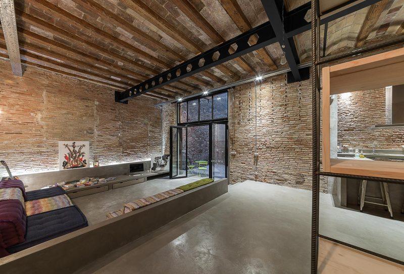 Loft industriel avec murs en briques