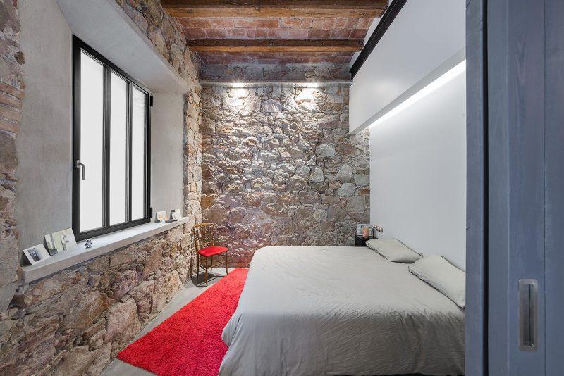 Chambre avec murs en pierres