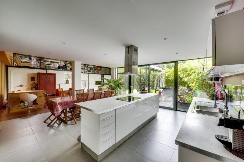 cuisine blanche avec ilot central. Black Bedroom Furniture Sets. Home Design Ideas