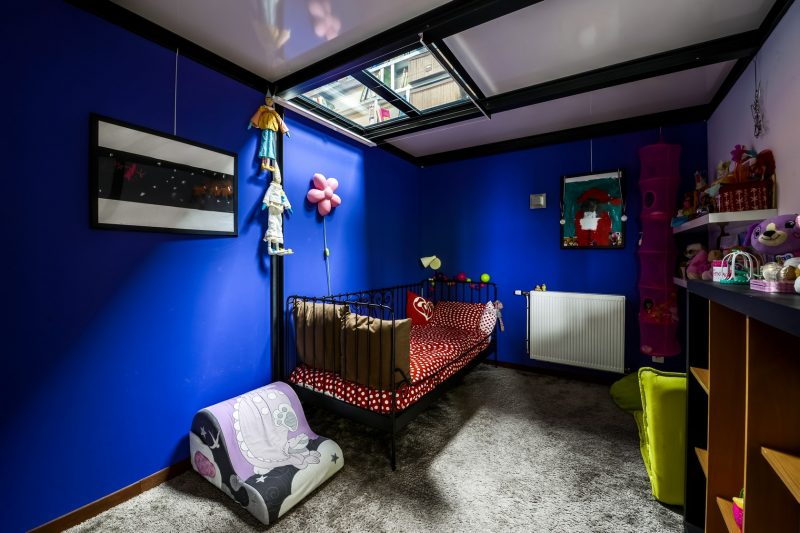 Chambre d'enfant avec murs bleus éléctrique