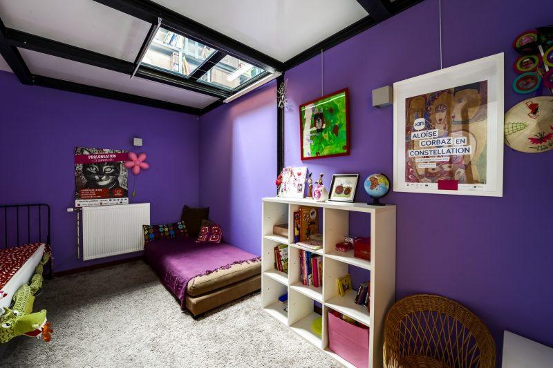 Chambre d'enfant avec murs violets éléctrique