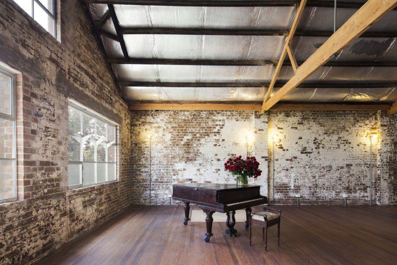 Piano dans un loft industriel