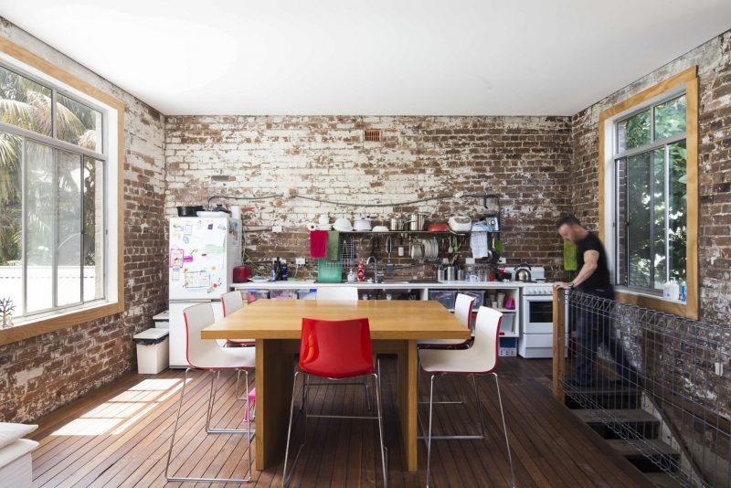 Cuisine industrielle avec murs