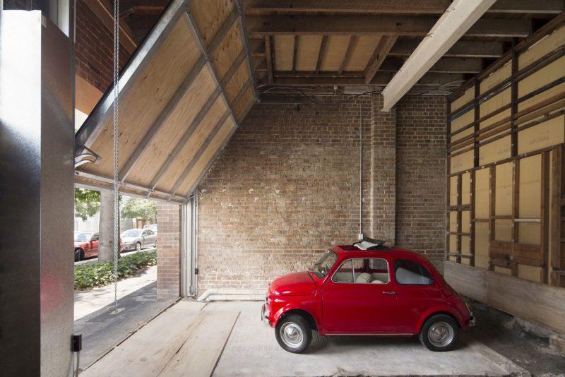 Fiat 500 rouge dans un loft