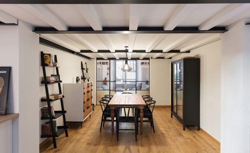 Salle à manger séparée du salon par une verrière