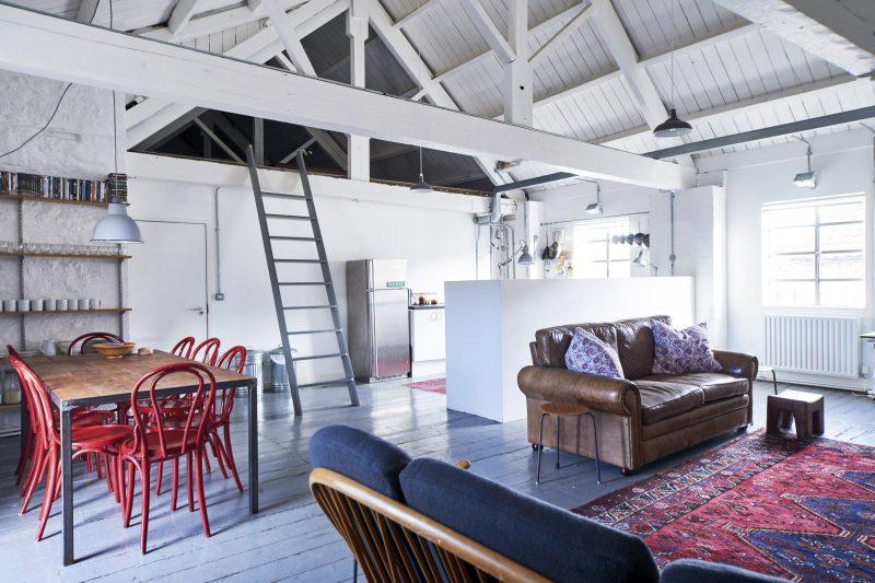 Loft avec charpente en bois blanc