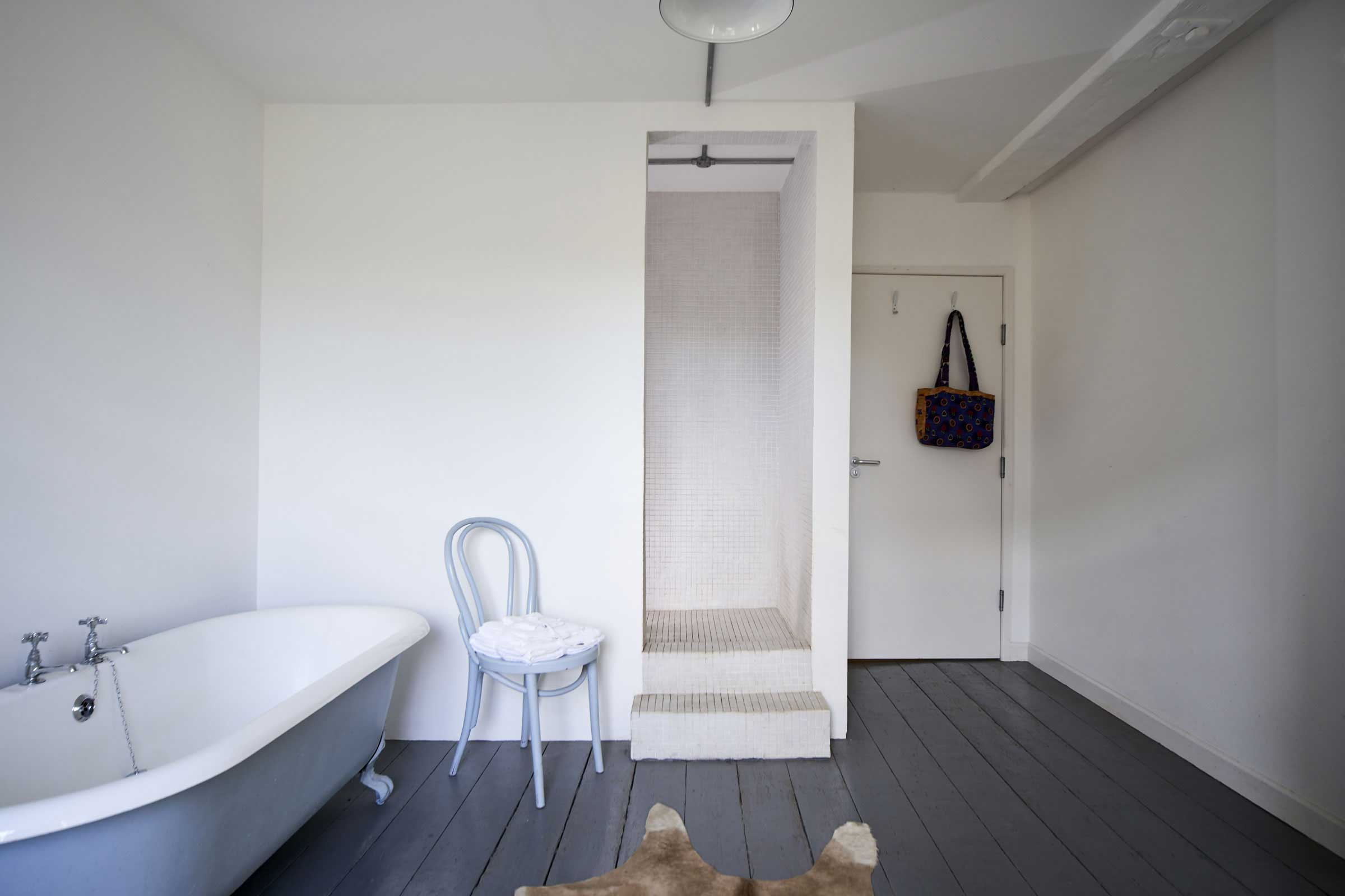 salle de bains avec parquet gris