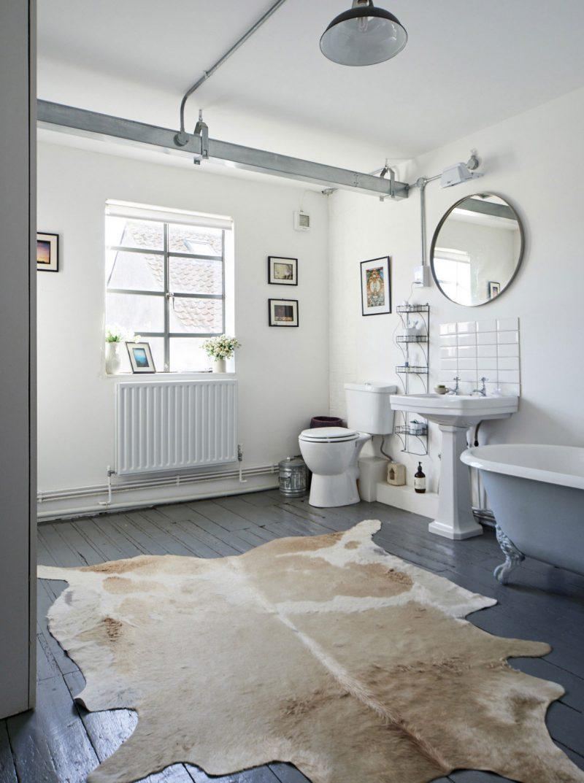 Salle de bains vintage avec parquet gris