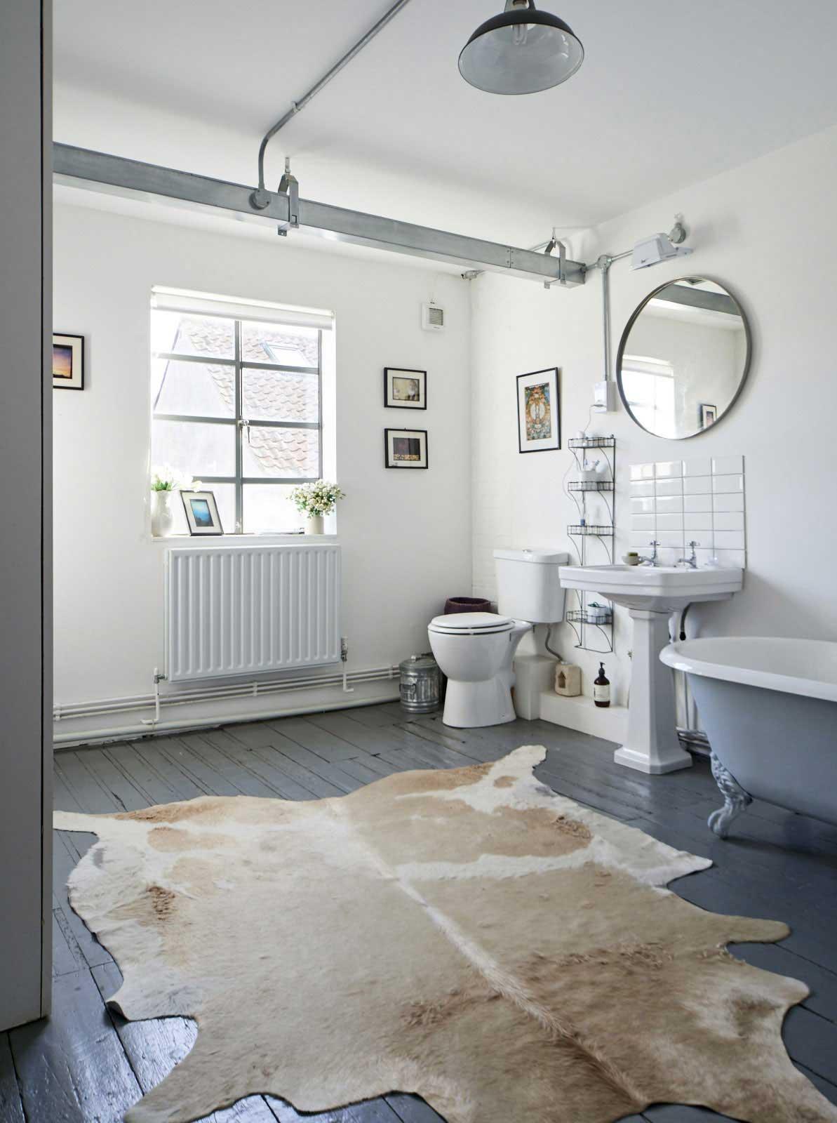Salle de bains vintage avec parquet gris - Parquet salle de bain gris ...