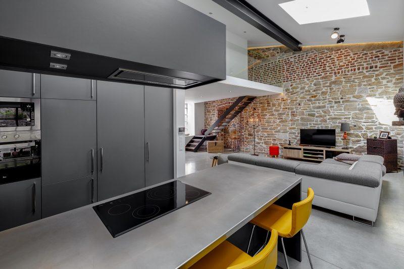 loft avec cuisine noire. Black Bedroom Furniture Sets. Home Design Ideas