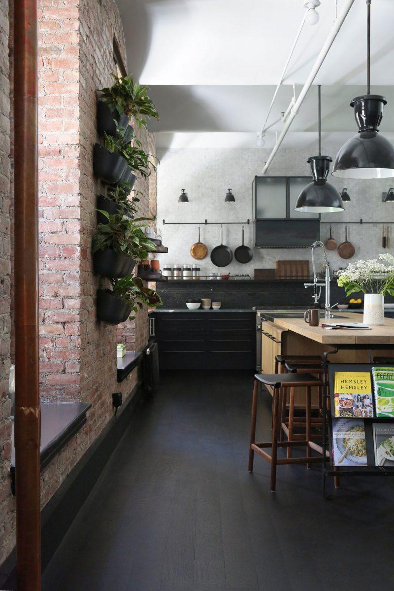 Cuisine avec murs en briques