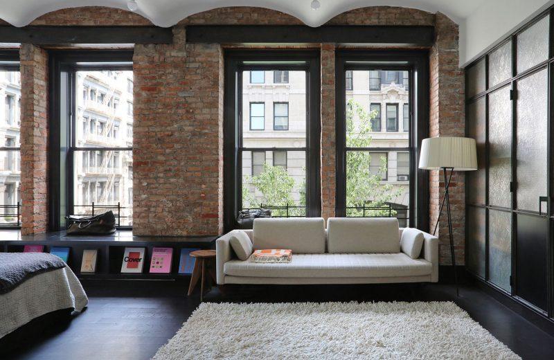 Chambre avec murs en briques