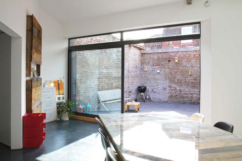 Terrasse avec murs en briques