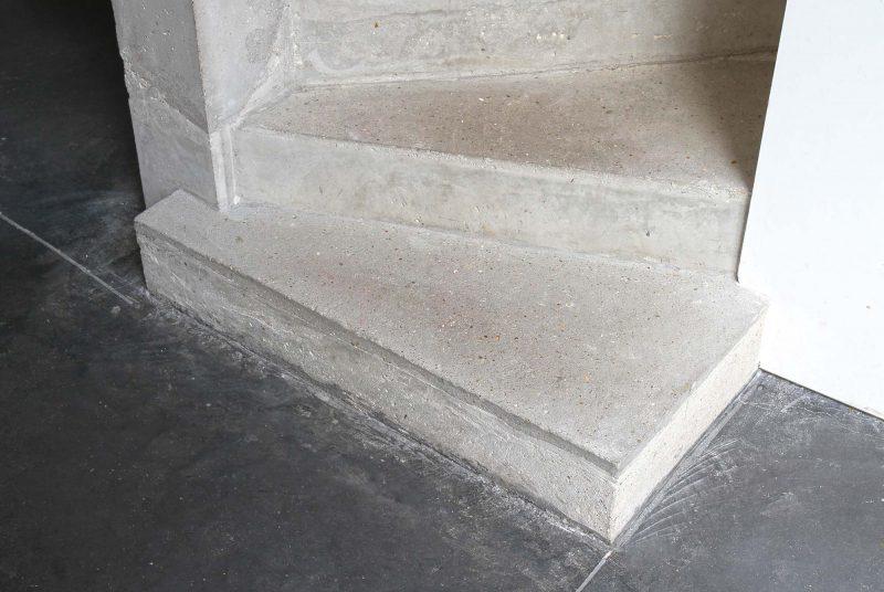 Marche en béton de l'escalier