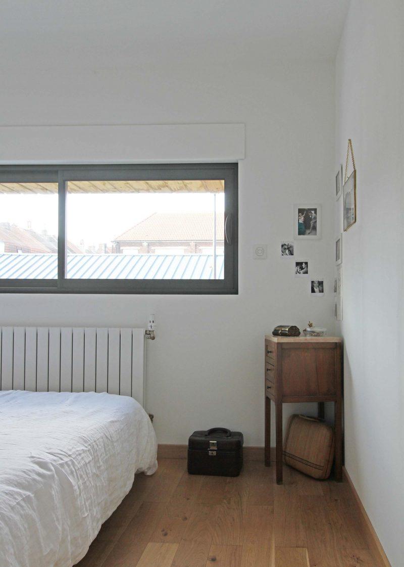 Chambre avec fenêtre bandeau