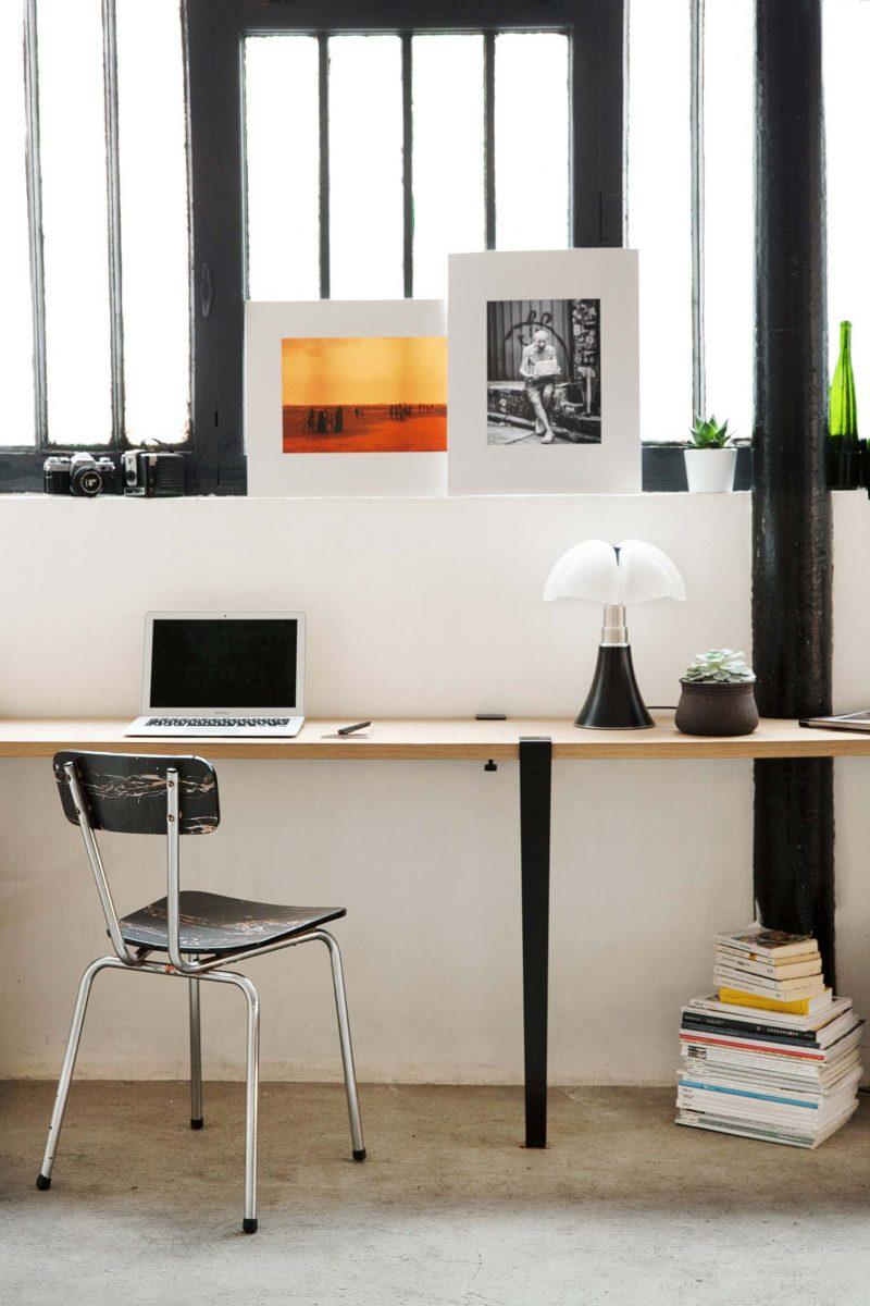 Bureau avec deux pieds et deux accroches murales
