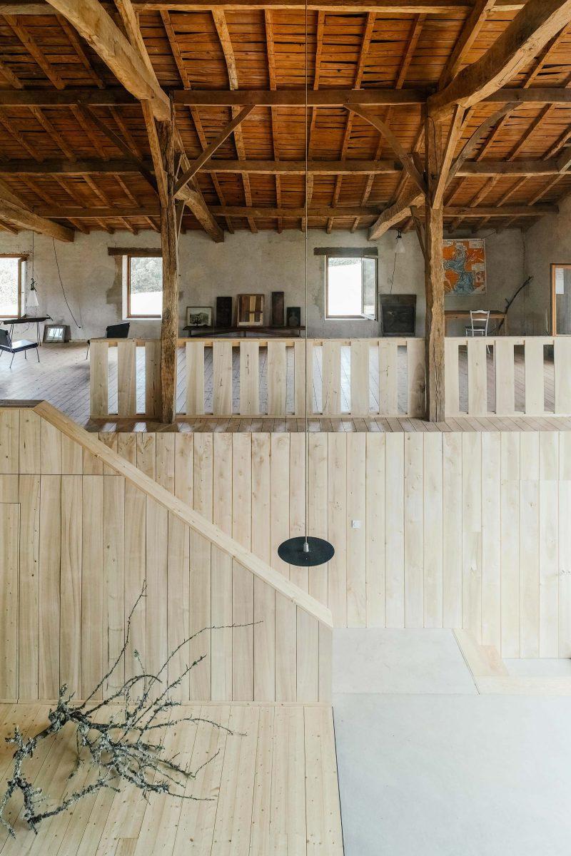 loft dans une ancienne ferme par atelier boteko. Black Bedroom Furniture Sets. Home Design Ideas