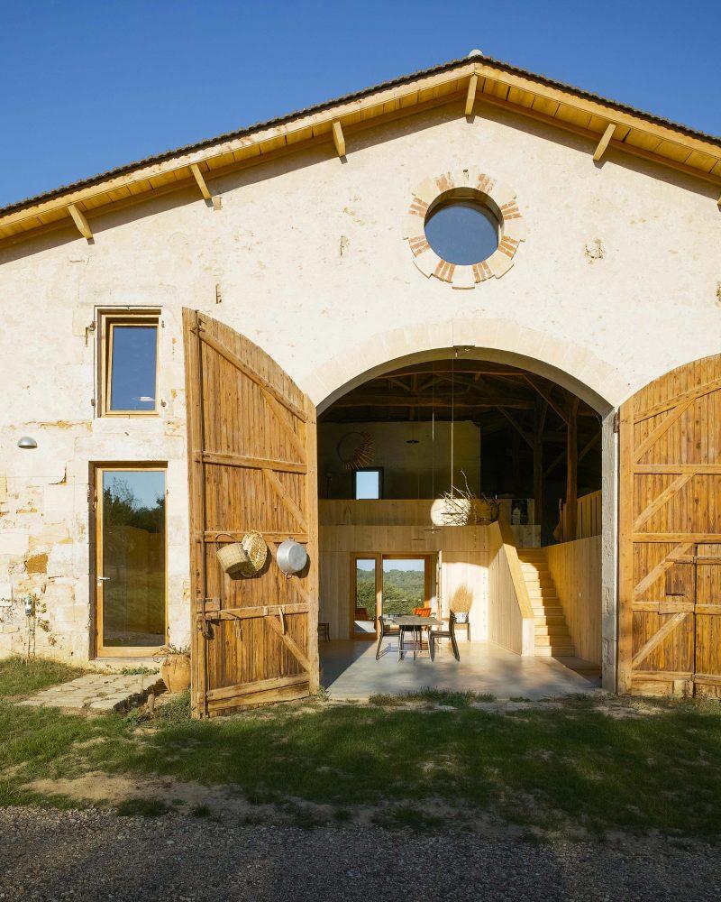 Loft avec grande porte de grange