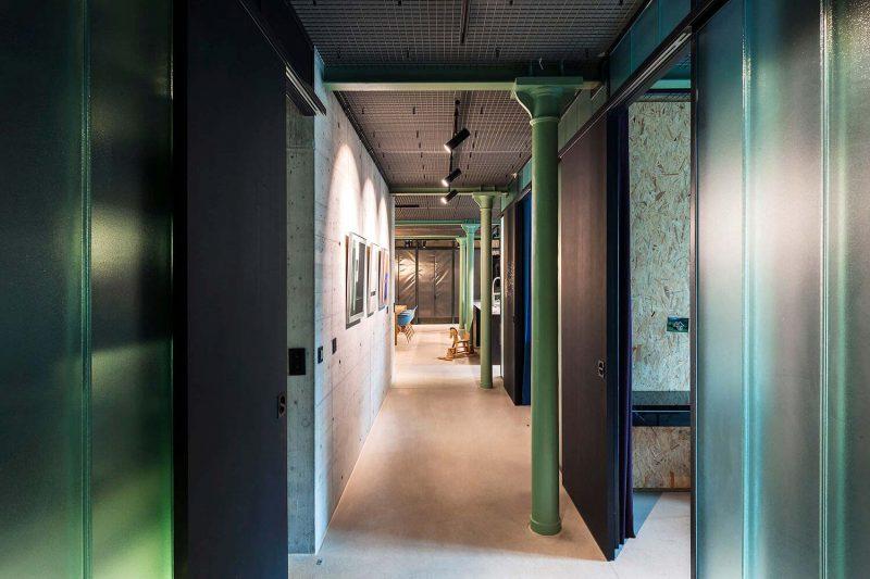 Couloir du loft avec poteaux