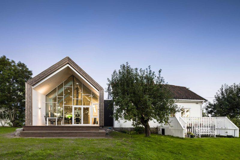 Extension contemporaine avec toit double pente