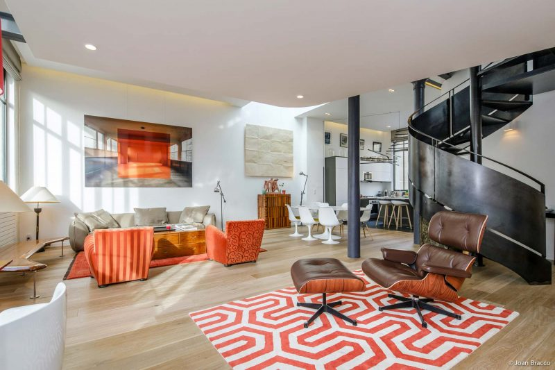 Loft avec déco orange à Paris