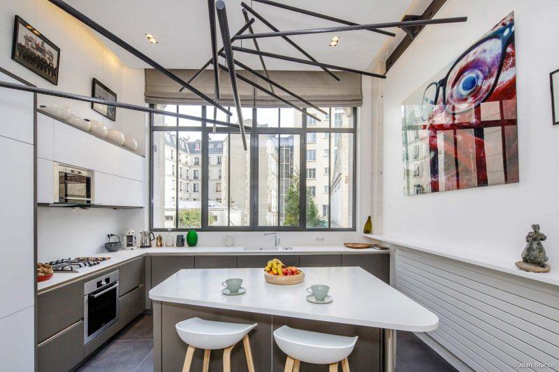 Cuisine avec fenêtre style atelier