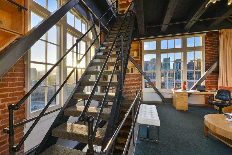 Escalier en métal dans un loft
