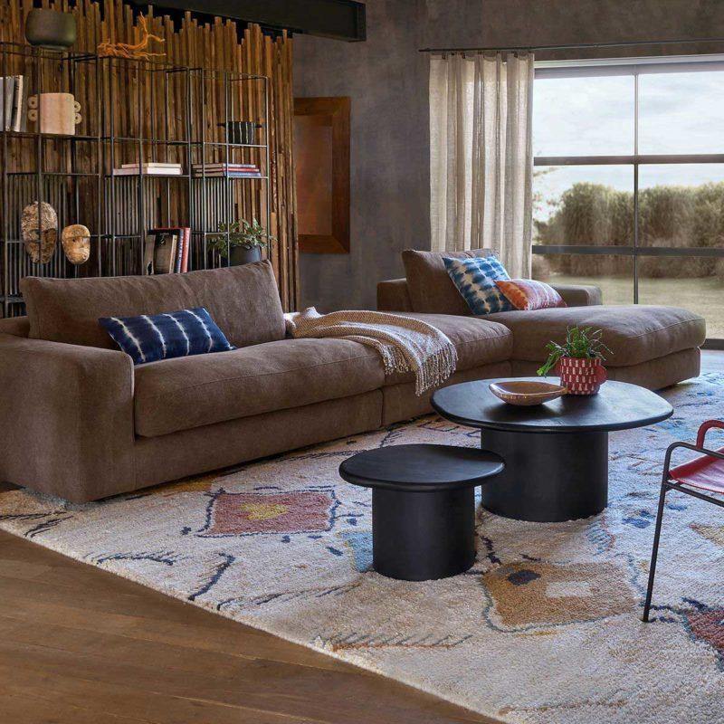 Salon avec tapis berbère et canapé en cuir marron