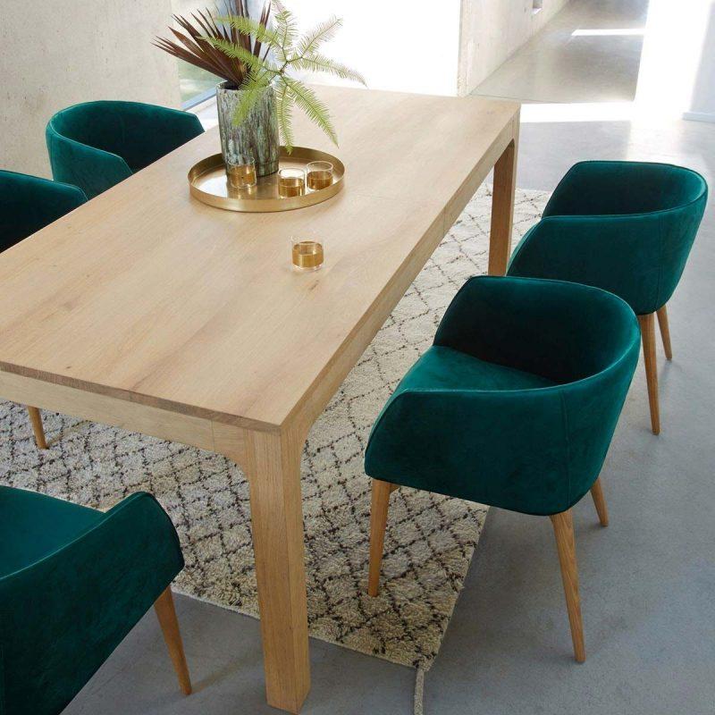Tapis berbère sous la table de salle à manger