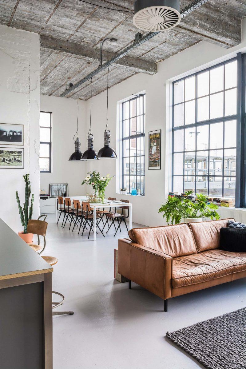 Canapé en cuir marron dans un loft