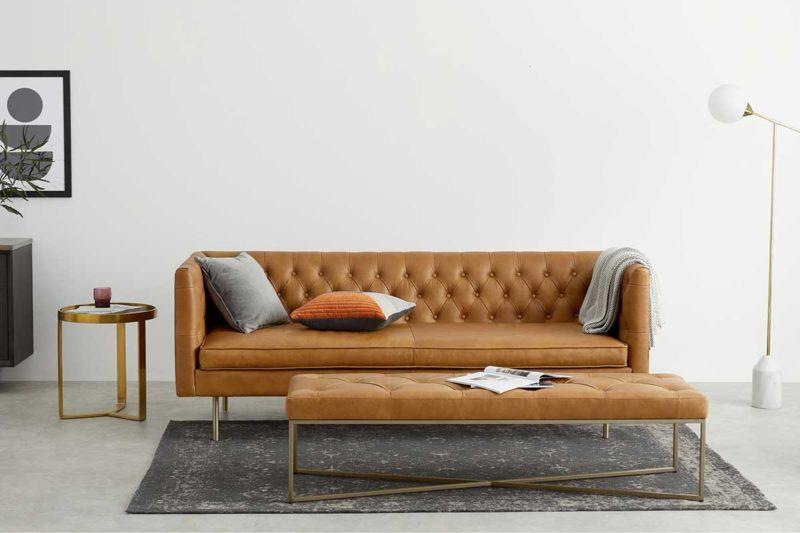 Canapé esprit vintage en cuir marron avec pieds dorés