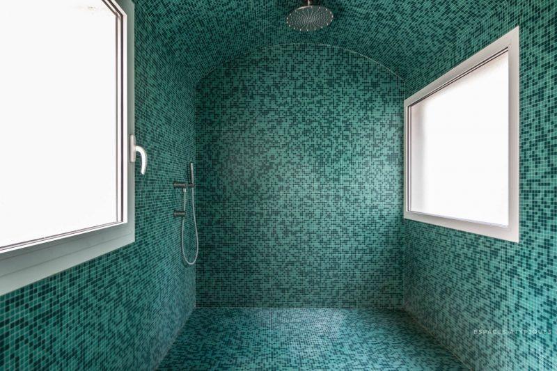 Salle de bains avec plafond carrelé