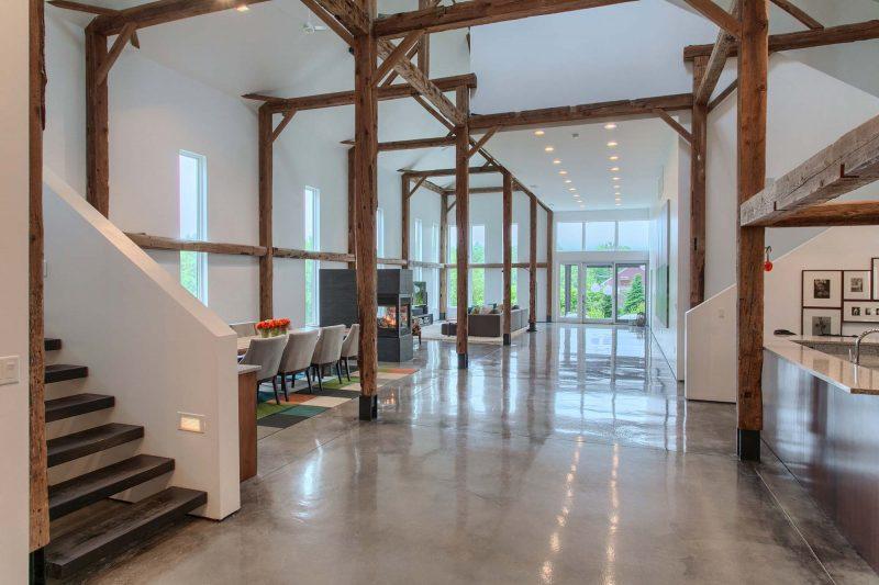 un loft port par sa charpente originelle. Black Bedroom Furniture Sets. Home Design Ideas