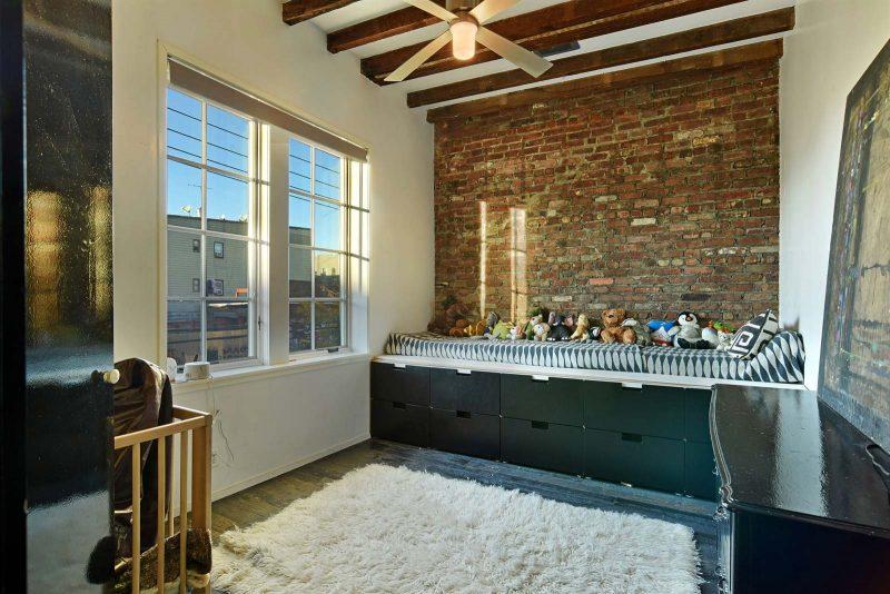 Chambre d'enfant avec mur en briques