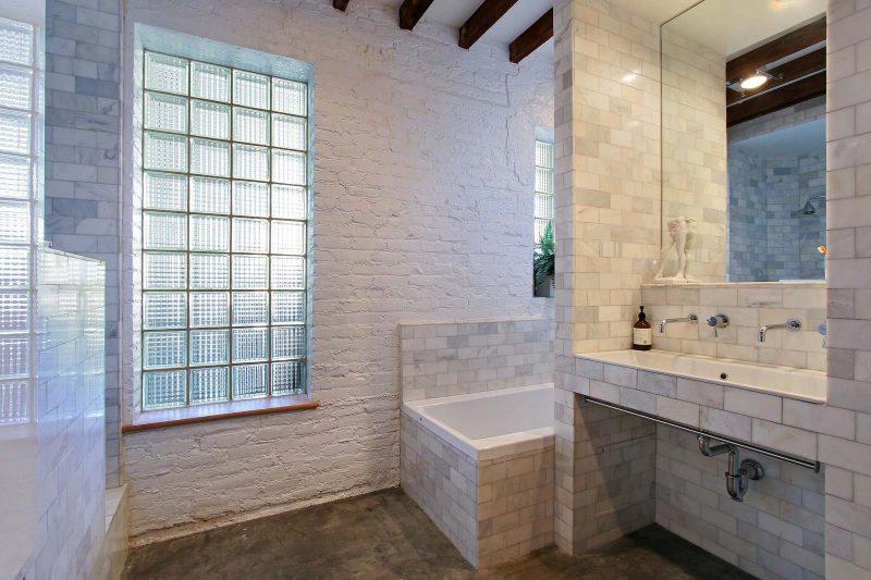 Salle de bains ave carrelage en faïence.