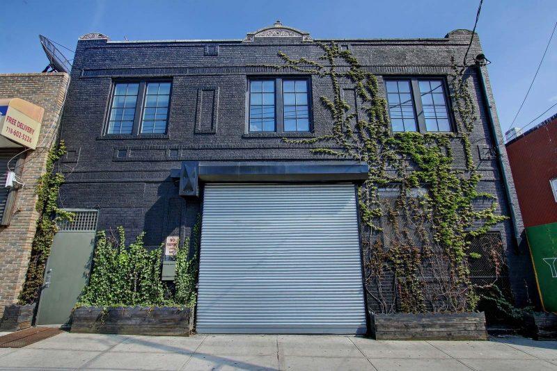 Loft avec façade de briques noires