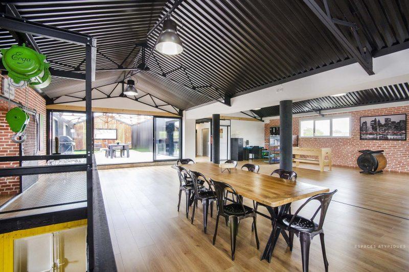 Loft avec plafond en tôle ondulée