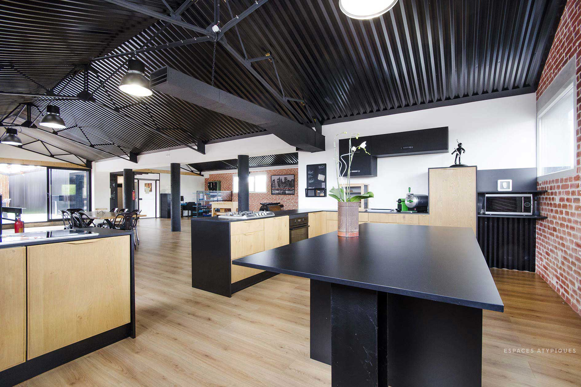 cuisine avec plafond en t le ondul e. Black Bedroom Furniture Sets. Home Design Ideas