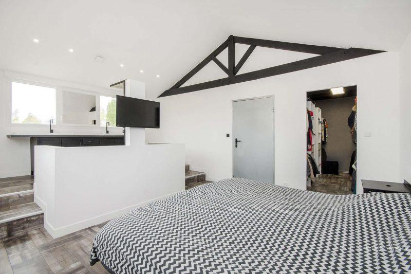Chambre avec salle de bains ouverte