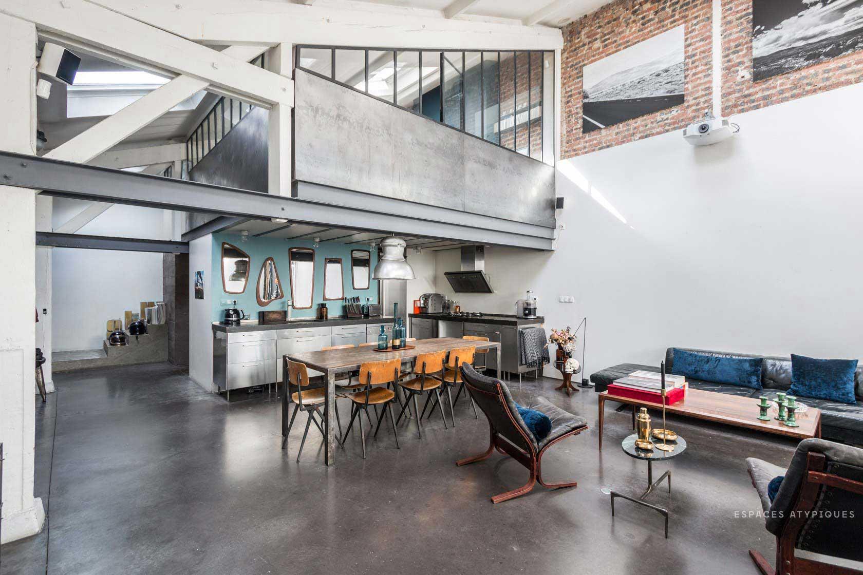 cuisine sous une mezzanine en m tal. Black Bedroom Furniture Sets. Home Design Ideas