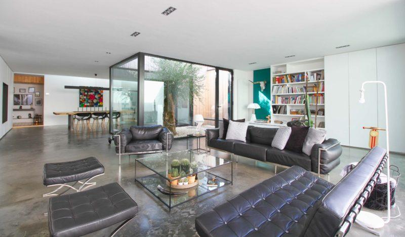 Salon avec table basse en verre