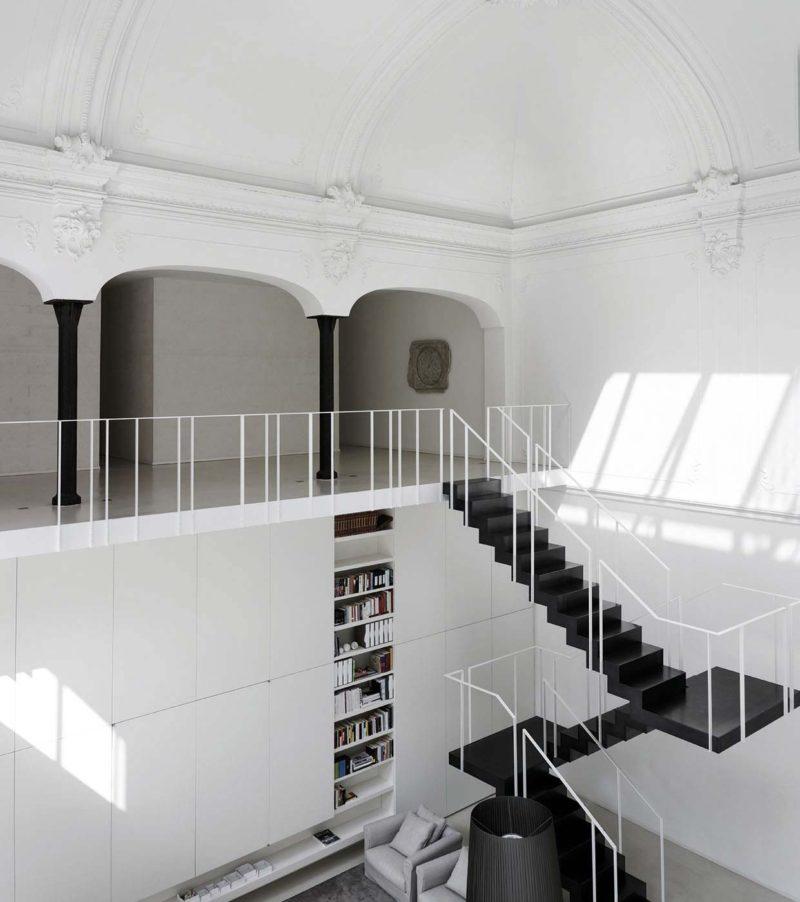 Escalier noir dans un loft blanc
