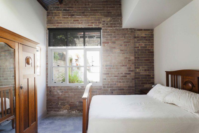 Chambre avec mur en brique