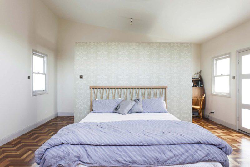 Chambre avec mur dressing en tête de lit