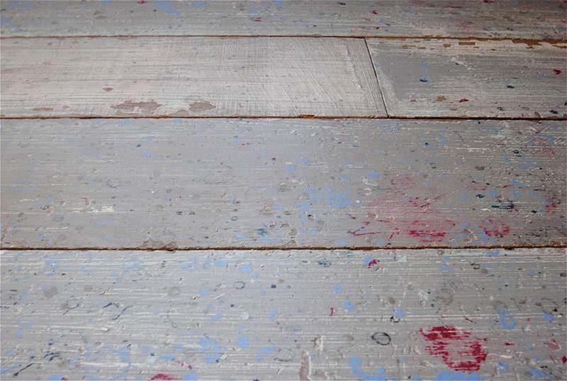 Parquet avec taches de peinture