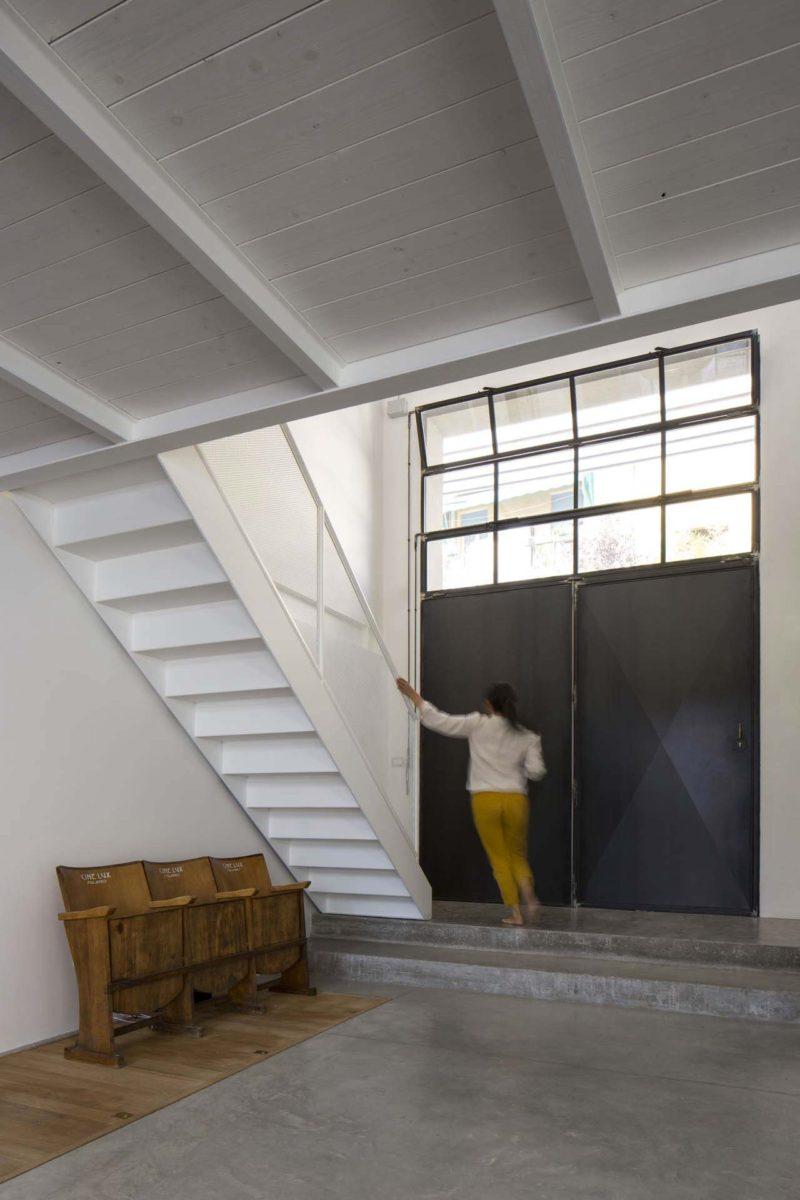 un atelier transform en habitation tr s cool bologne. Black Bedroom Furniture Sets. Home Design Ideas
