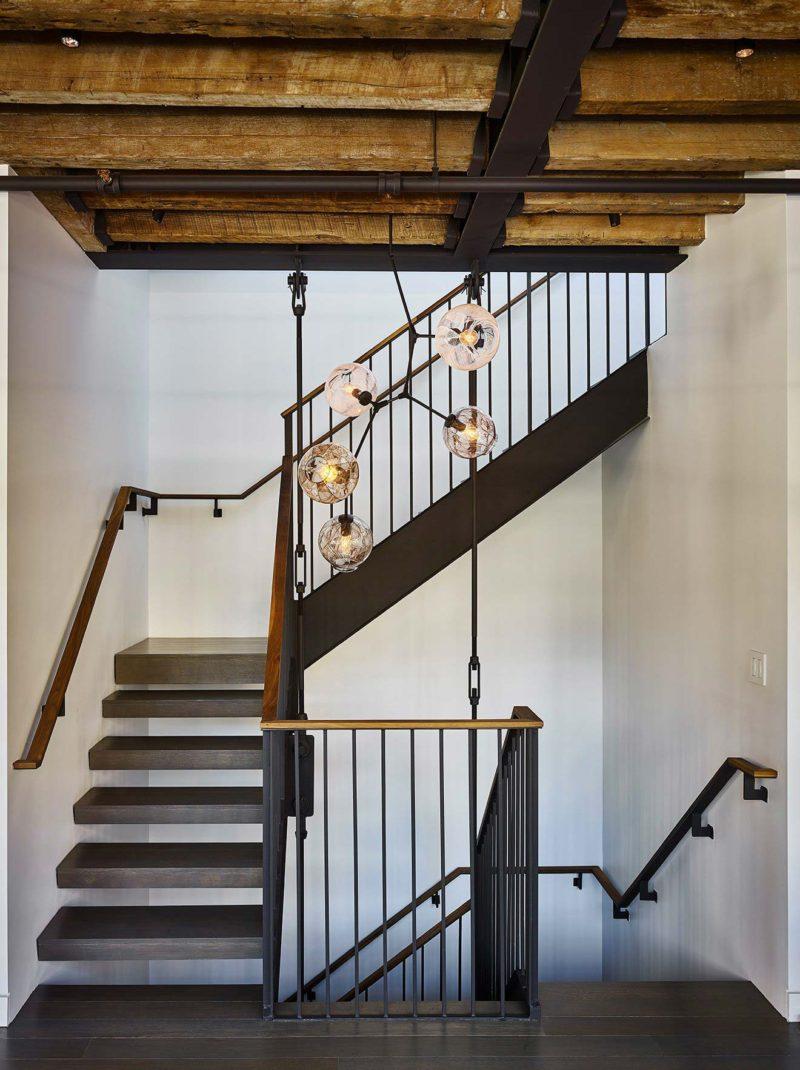 Escalier dans un loft industriel