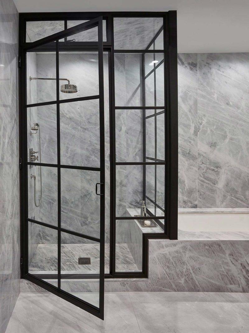 Douche avec porte verrière industrielle