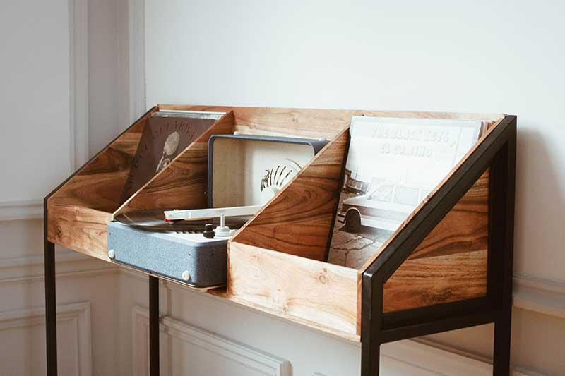 Meuble à vinyles en bois avec base en métal