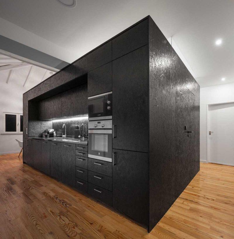 Petite cuisine noire en OSB